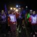 Chalecos reflectantes y casco para los ciclistas, al circular por la noche en la Korrika